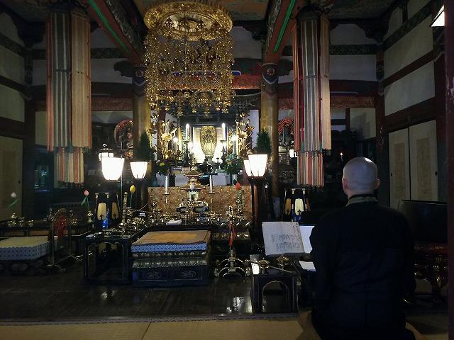 本堂でお経を読むお寺の住職