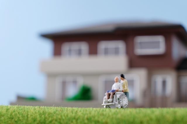 介護士と家の前で散歩する親