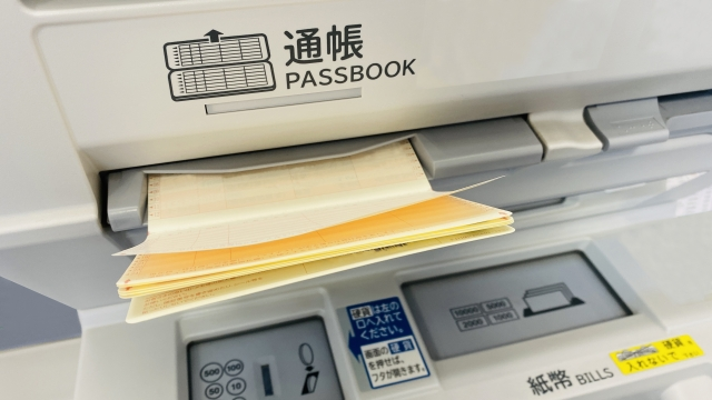 ATMに入れる通帳